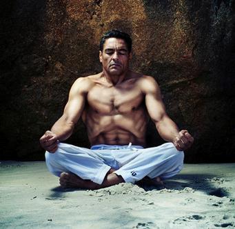 Хіксон Грейсф практикє дихання з Йоги